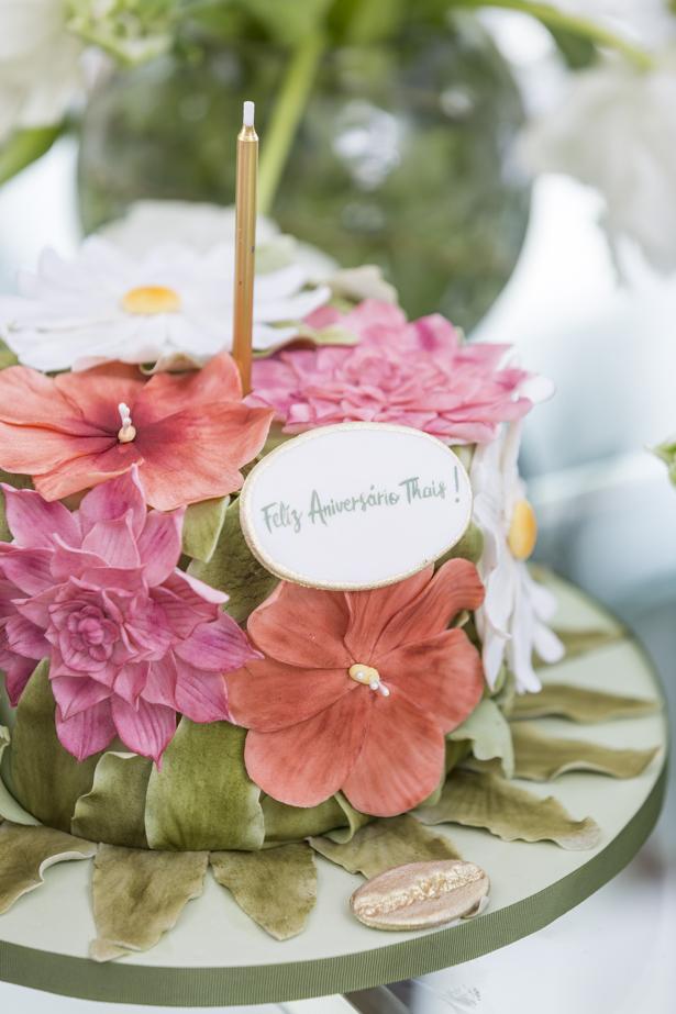bolo de brigadeiro com doce de leite decorado com todas as flores da louçaMaria Flor