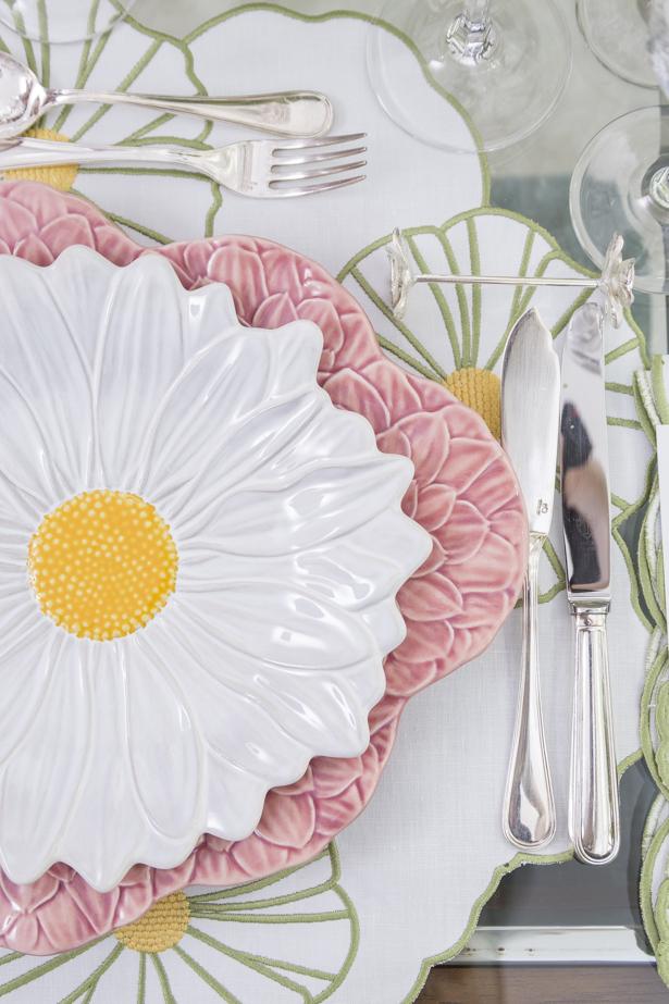mesa decorada para almoço de aniversário tema flores