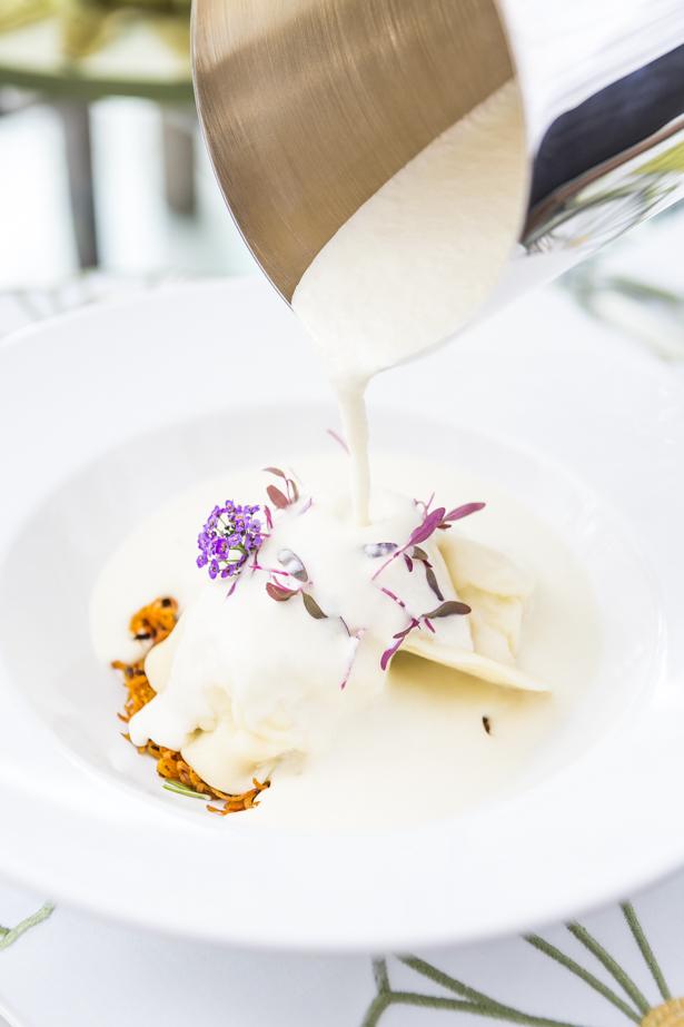 ravioli de boursin com cenoura caramelizada ao creme de pupunha com azeite trufado
