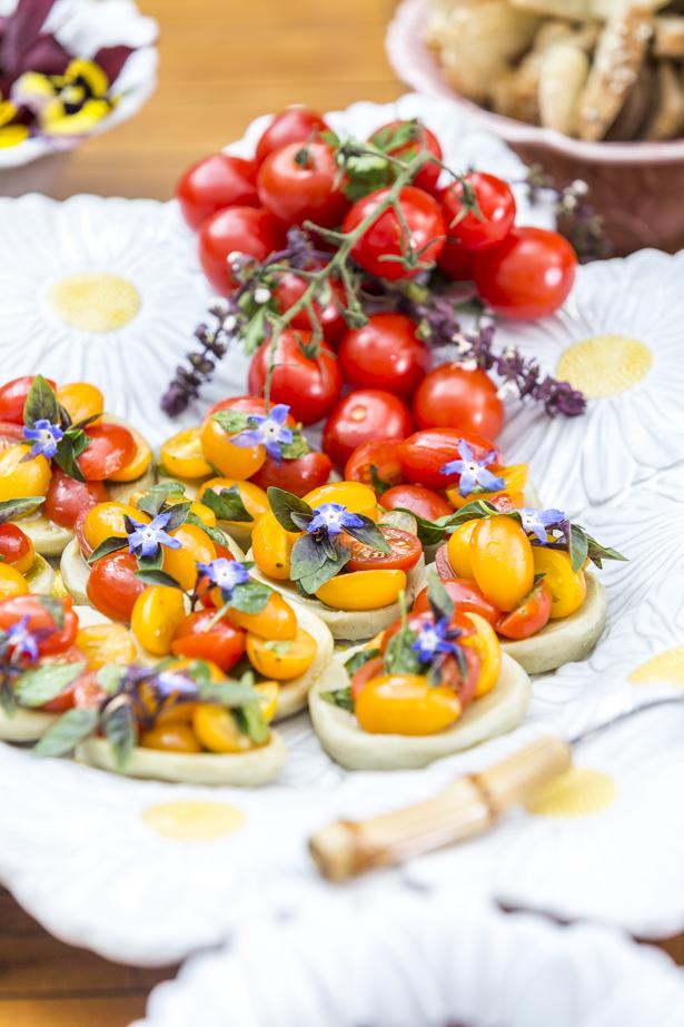 Fundo de alcachofra com tomates coloridos e tapenade de azeitonas pretas Vivi Barros