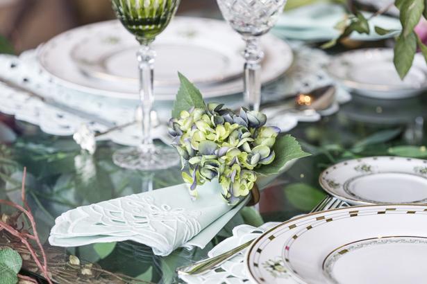 guardanapo e porta-guardanapo de hortênsia verde em mesa posta