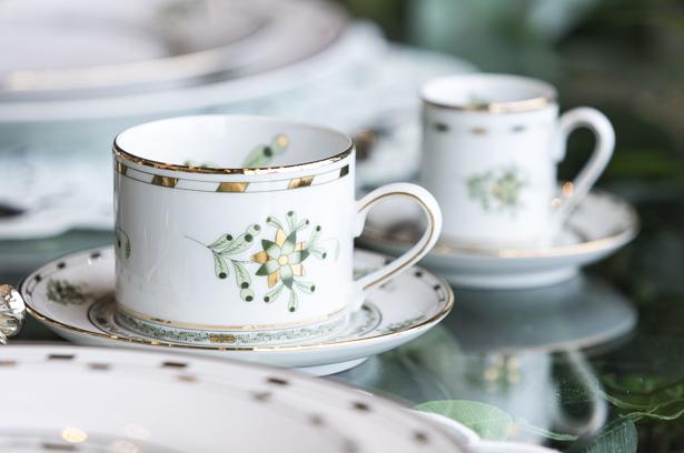 xícaras com bordas douradas d.filipa na jou jou para mesa posta