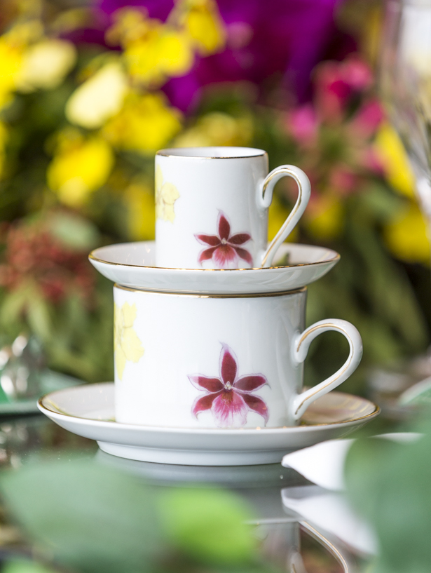 xícara com orquídeas pintadas