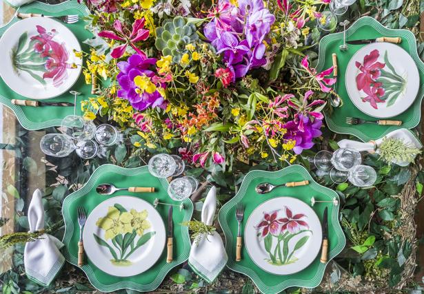 mesa decorada para almoço com verde