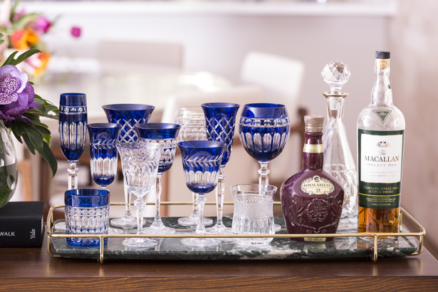 bandeja com taças de cristal azul matisse casa