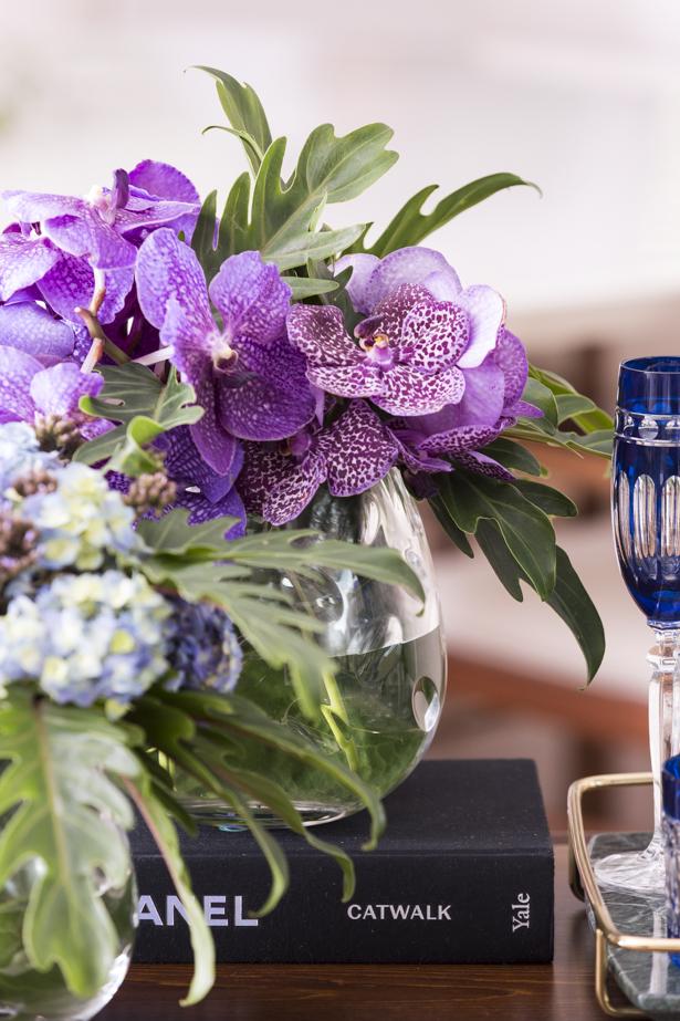 arranjo com flores em lilás