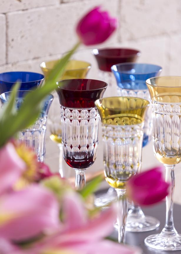 carrinho pra servir bebida com taças de cristal coloridas