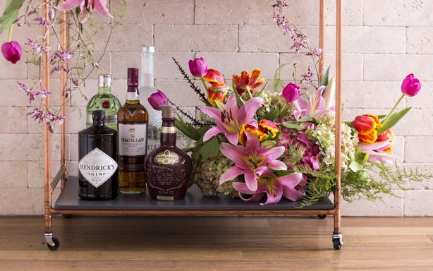 cantinho de bebidas decorado com flores