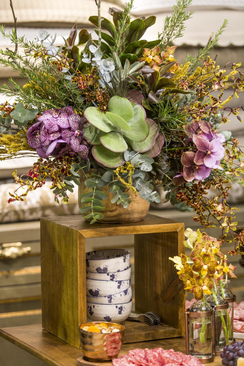 mesa de aperitivo decorada com flores e suculentas