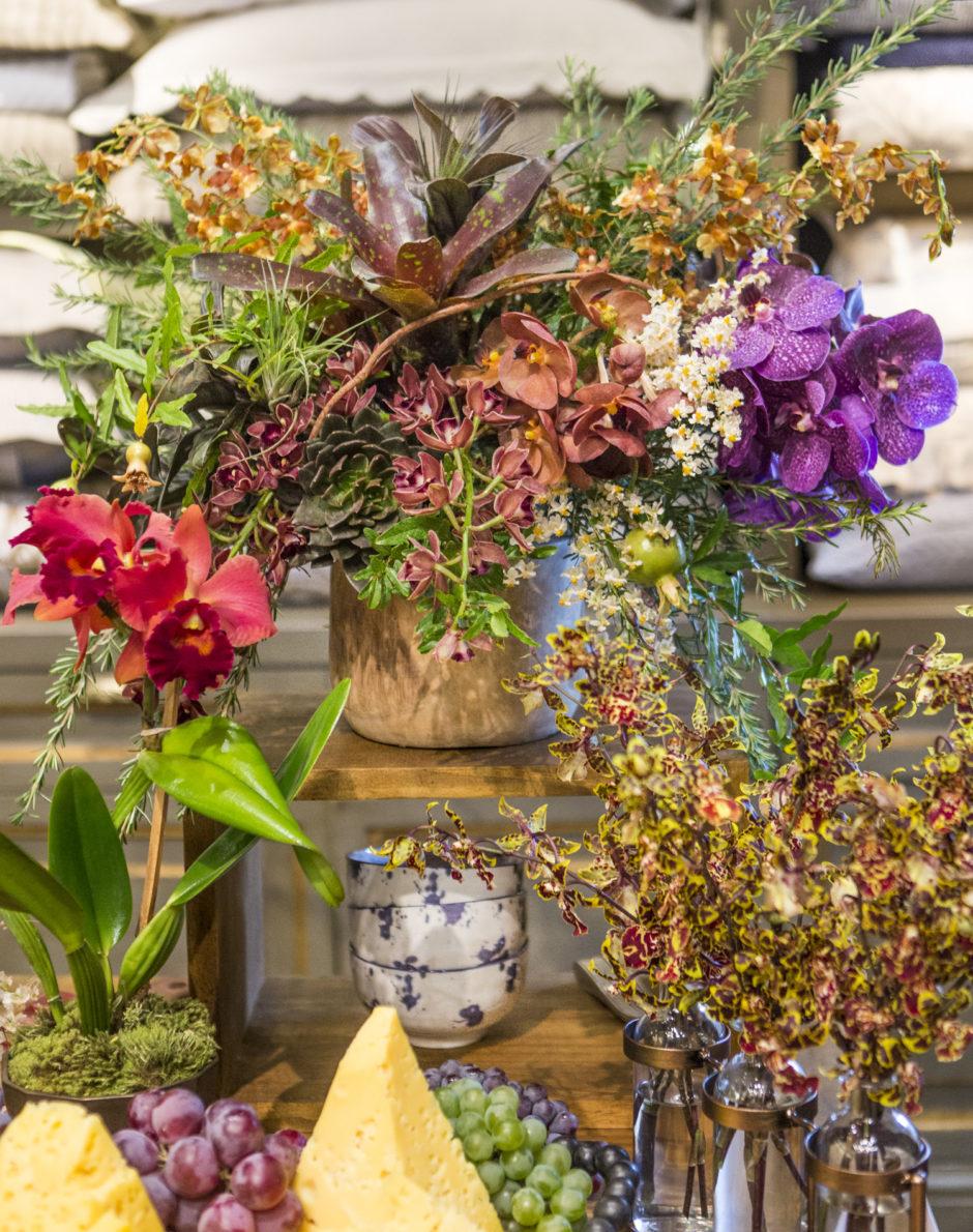 arranjo floral em mesa de aperitivos