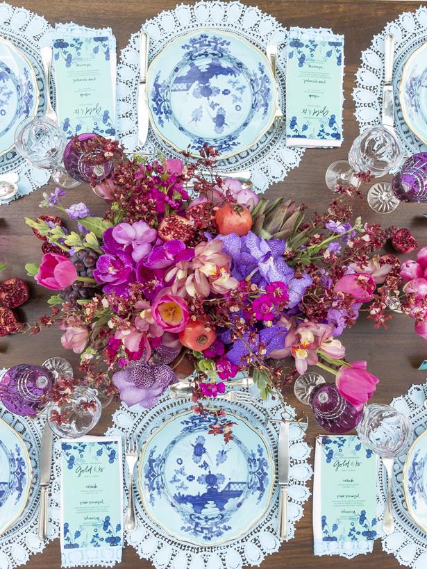 arranjos coloridos comorquídeas vandas, tulipas, alcachofras e romãs em cachepots de prata