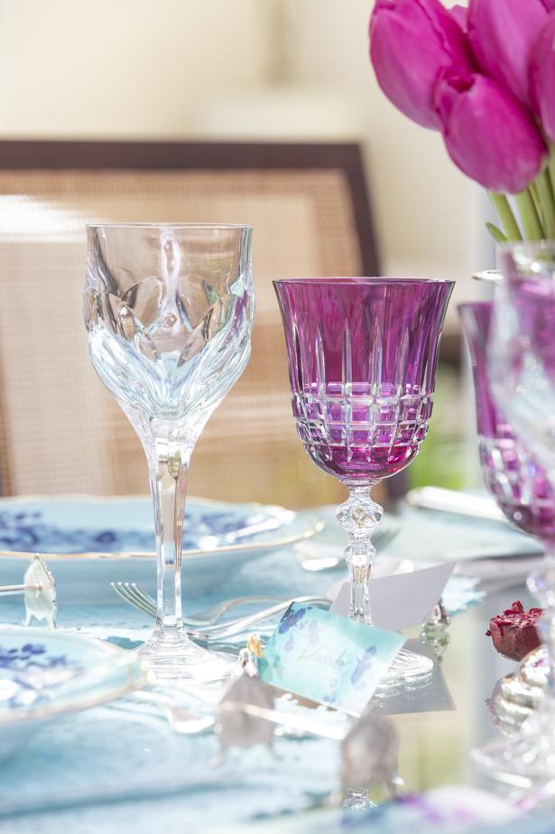 Para brindar, taças transparentes e em tom de fúcsia da Fleur.
