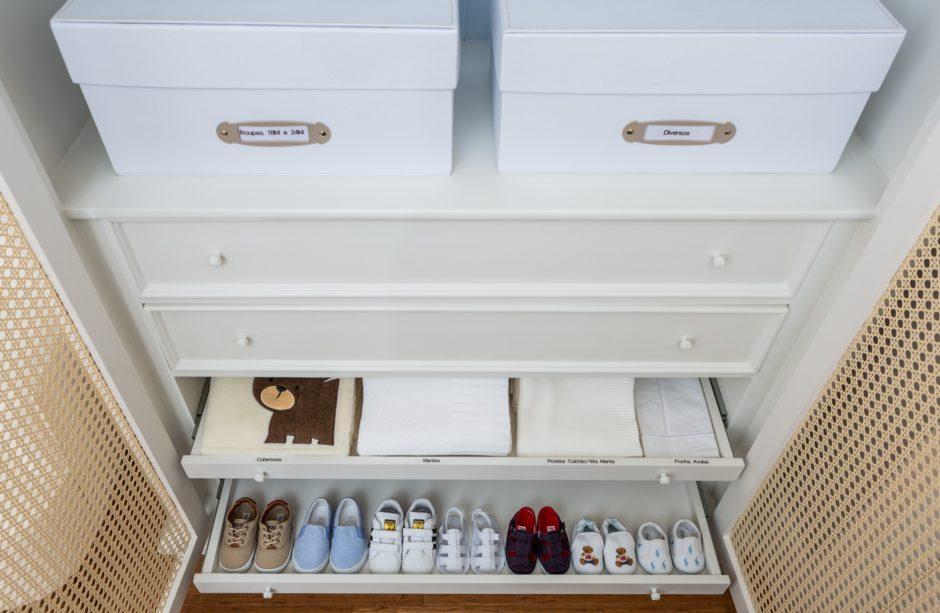 Organização roupas no quarto do bebê