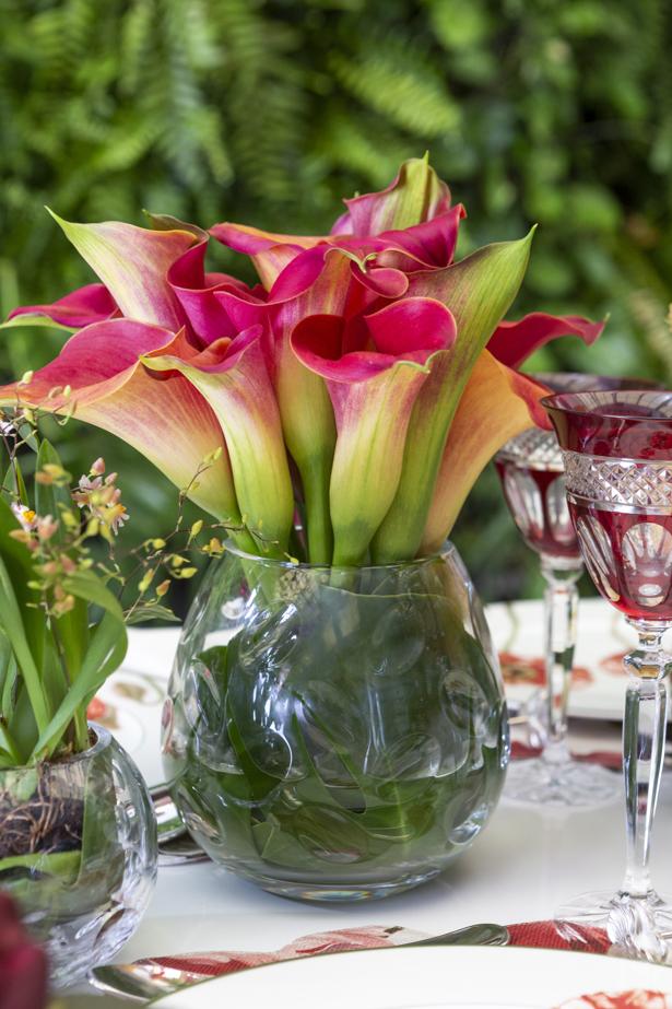 Almoço com flores e jogos americanos Couvert